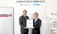 A VDE representative and Havis Kwon, president and CEO of LG Electronics Home Entertainment Company, hold up the VDE certificate
