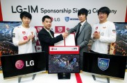 J.J. Lee, executive vice president and head of the IT Business Unit of LG Home Entertainment, with members of the Incredible Miracle Team of the Global StarCraft II League