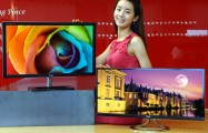A model posing behind LG premium IPS monitors E83 and E93
