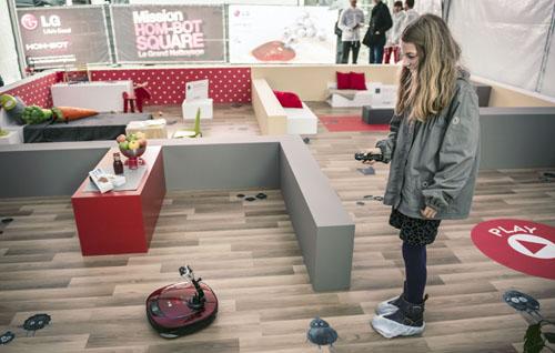 LG'S HOM-BOT SQUARE ROBOTIC VACUUM CLEANER MAKE