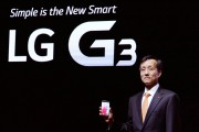 Dr._Jong-seok_Park,_president_of_LG_Mobile_Communication_Company,_shows_the_company's_new_G3_smartphone_prior_to_its_public_introduction_in_Seoul_01.jpg