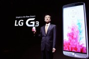 Dr._Jong-seok_Park,_president_of_LG_Mobile_Communication_Company,_shows_the_company's_new_G3_smartphone_prior_to_its_public_introduction_in_Seoul_02.jpg