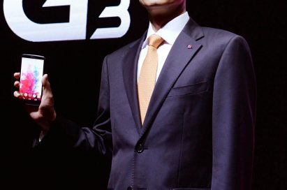 Jong-seok Park, the President and CEO of LG Electronics Mobile Communications Company is showing the LG G3.