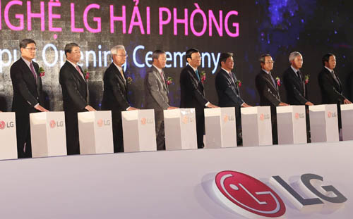 Koo Bon-moo, chairman of LG Electronics (fourth from left) and Koo Bon-joon, vice chairman and CEO of LG Electronics (second from left), hold down the touchpad to announce the opening of its newest production facility in Vietnam with the completion of the main building at its Haiphong Campus.