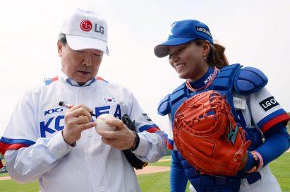 Koo Bon-joon, vice chairman and CEO of LG Electronics, autographs on the ball.
