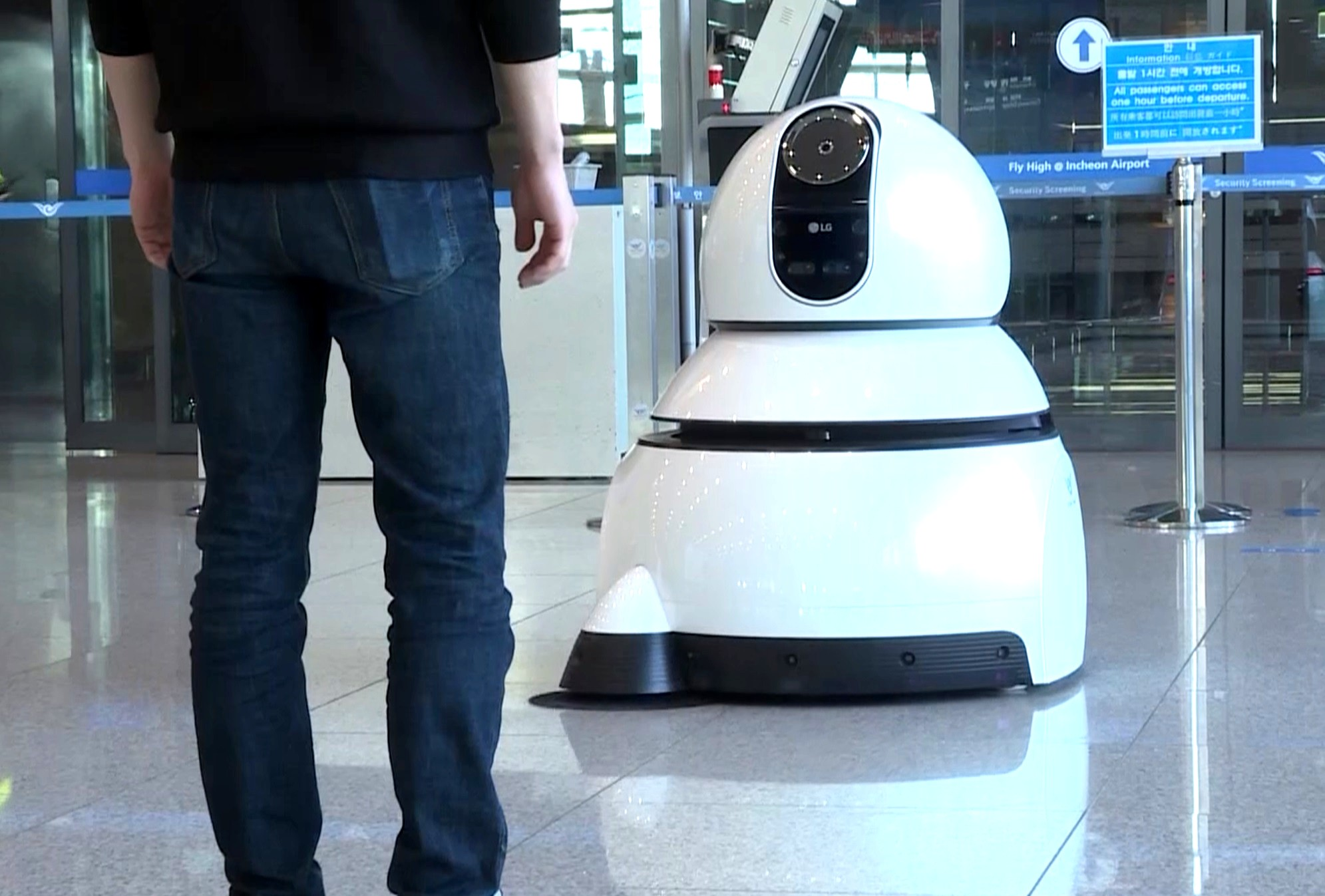 LG AIRPORT ROBOTS TAKE OVER KOREA'S LARGEST AIRPORT | LG