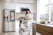 Woman and little girl holding a teddy bear standing in a kitchen with the LG InstaView Door-in-Door™ in the background