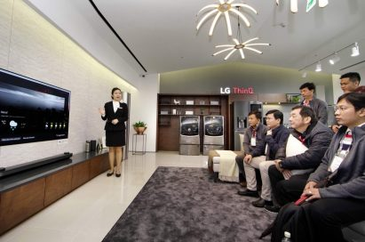A female presenter explains about LG SIGNATURE OLED TV W that offers the weather forecast by voice recognition technology.