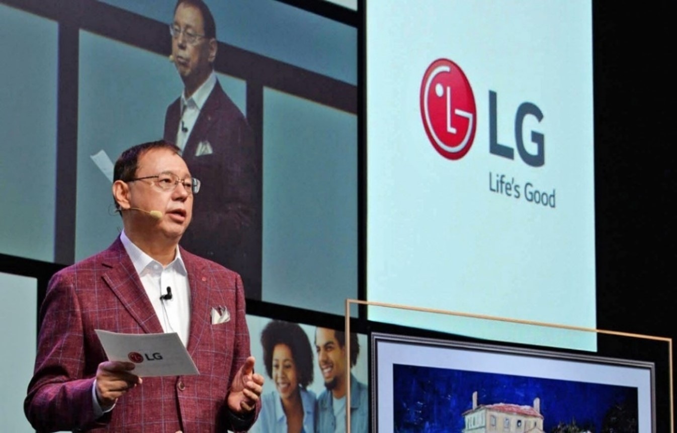 LG Electronics Vice President Jo Seong-jin introduces LG's new robotics business at IFA 2018.