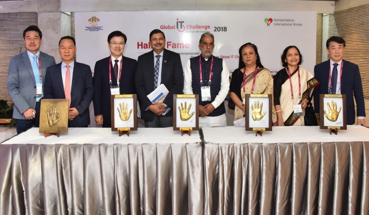 A group photo of representatives from LG Electronics, Korea's Ministry of Health and Welfare, India's Ministry of Social Justice and Empowerment, and Rehabilitation International Korea.