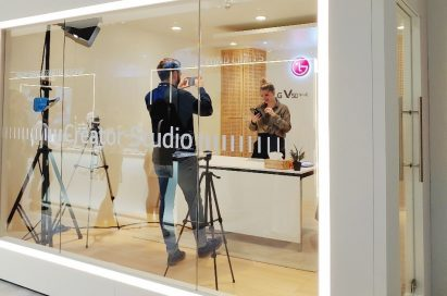 A female journalist shoots a hands-on video for LG's V50 ThinQ smartphone in LG Creator's Studio.