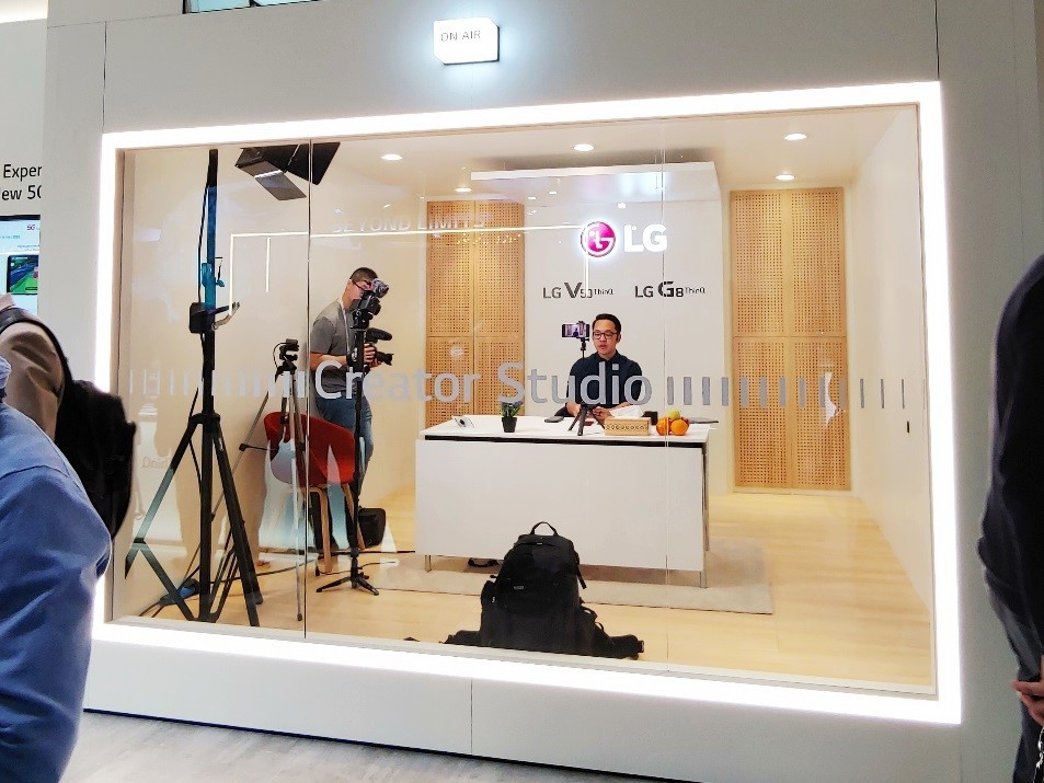 A male journalist records a news video about the new technologies he found from MWC 2019 in the LG Creator's Studio.