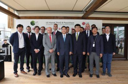 A group photo of LG Hanok ThinQ & Passivhaus' visitors including Chun Hong-jo, South Korea's ambassador to Spain