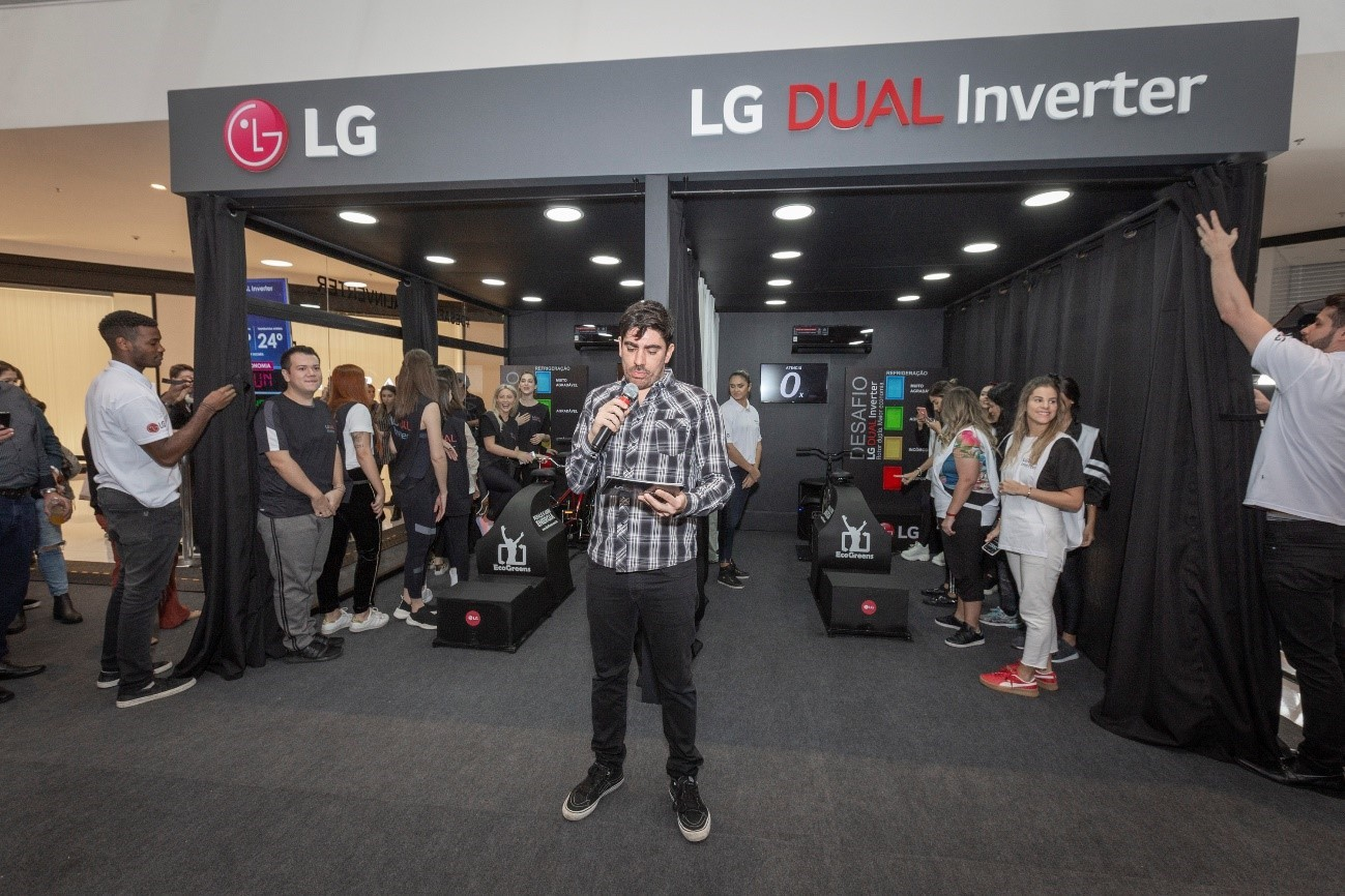 An MC announces the commencement of the LG Dual Inverter Compressor Bike Challenge.