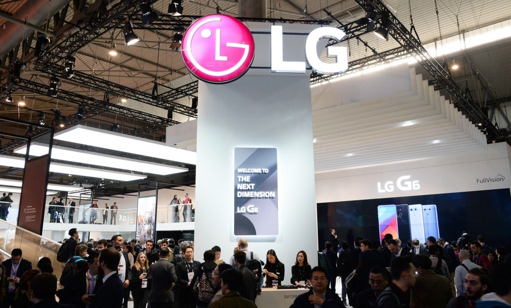 A different view of conference attendees walking around and testing out the smartphones at LG's MWC 2017 booth