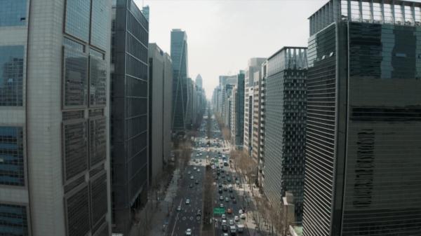 Une vue en hauteur sur la rue emblématique de Teheran-ro du quartier de Gangnam