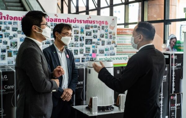 LG representatives having a conversation while wearing masks