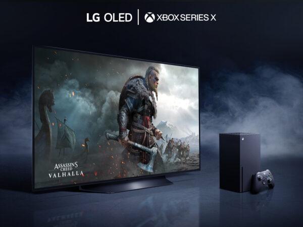 LG OLED-телевизор помещен в темную комнату, наполненную таинственным дымом, поскольку он отображает сцену битвы из Assassin's Creed Valhalla, последней видеоигры, доступной на консоли официального партнера LG Microsoft Xbox Series X, которая видна справа от телевизора