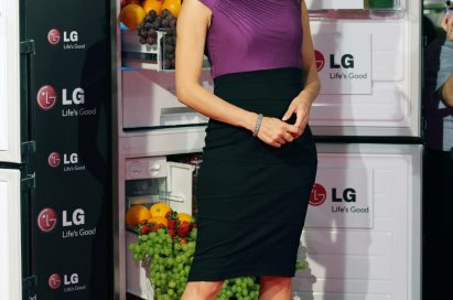 Famous US actress Ms. Eva Longoria poses in front of one of LG's advanced refrigerators, with the door open and full of healthy foods.