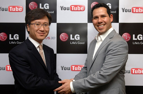 Yong-seok Jang, Vice President of Business Strategy at LG Electronics Mobile Communications Company and Francsico Varela, Head of YouTube Platform Partnerships are shaking hands