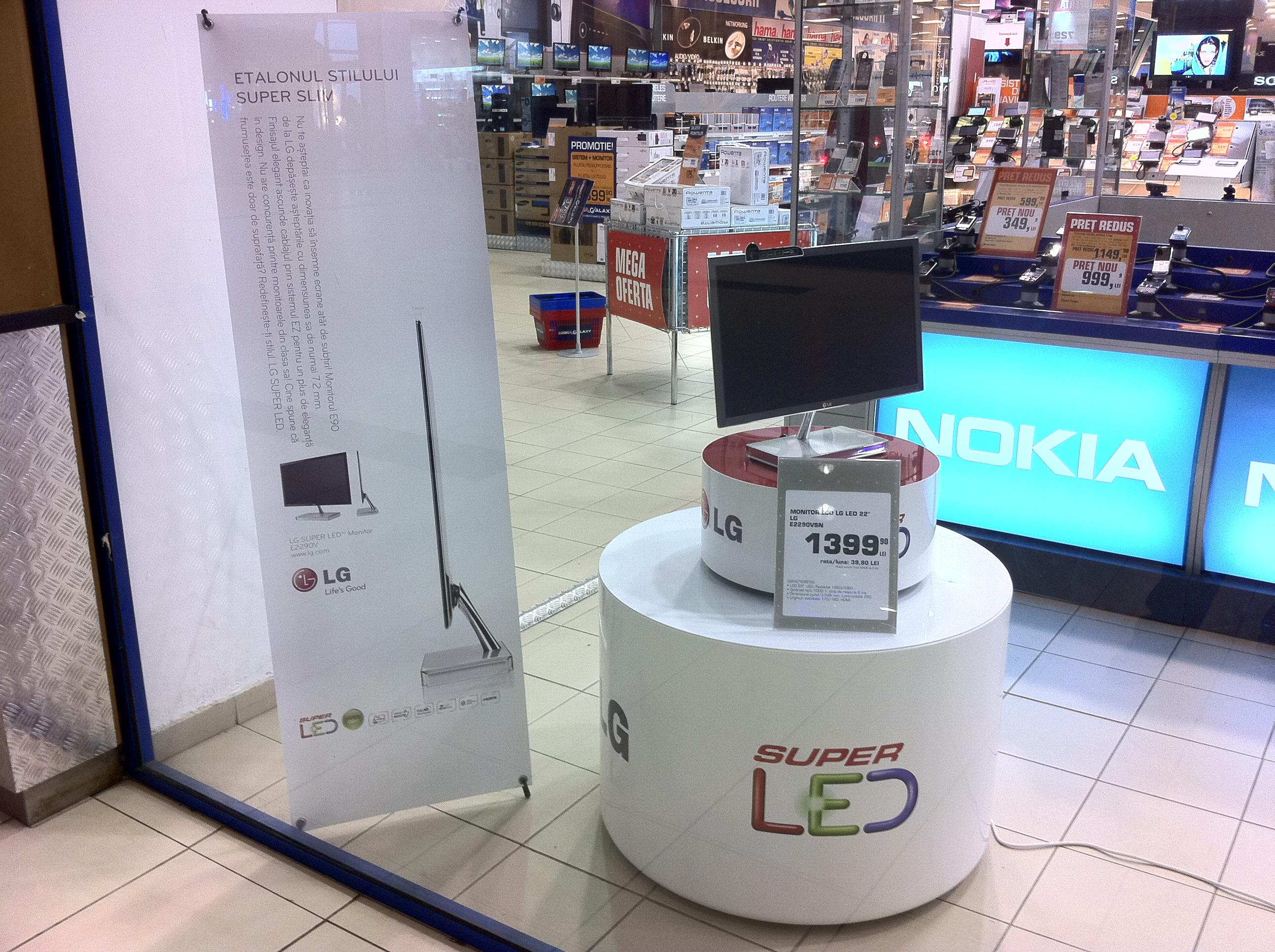 LG displaying its 22-inch LCD LED monitor model E225OVSN