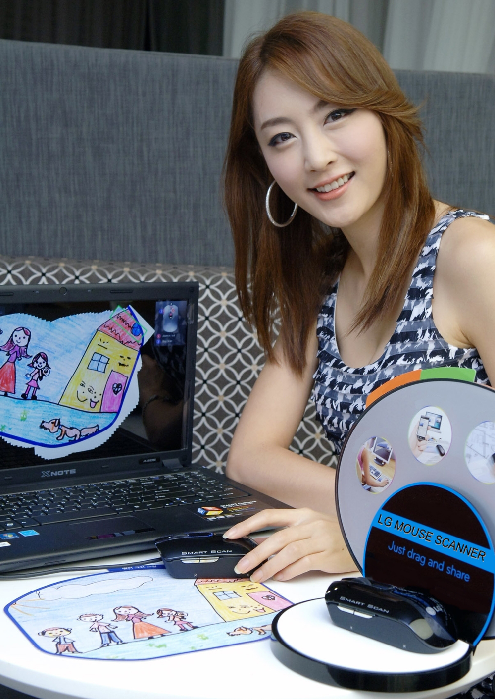 A model using LG'S MOUSE SCANNER SMART SCAN to scan a picture, just drag and scan