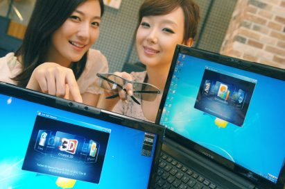 Two models present LG 3D notebooks while one of them holds 3D glasses