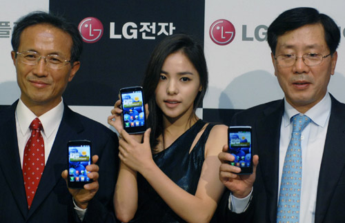 Hyo-rin Min, a celebrity model of LG Optimus 3D, Sang-deok Yeo, Head of Mobile/OLED Department at LG Display and Young-bae, Na, Head of Business Marketing at LG Electronics Mobile Communication Company hold LG Optimus 3Ds and show its front views