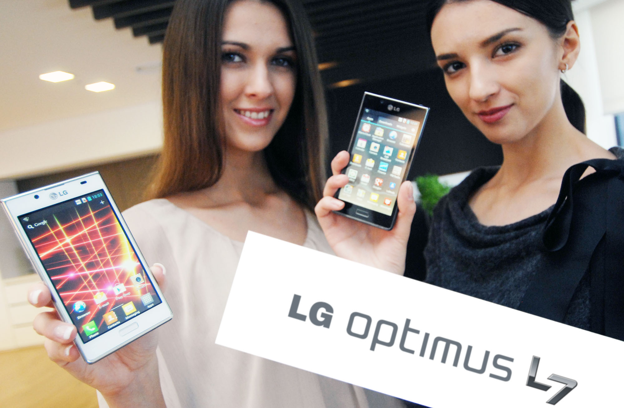 One model holds the white LG Optimus L7 while another holds the LG Optimus L7 and the LG Optimus L7 logo