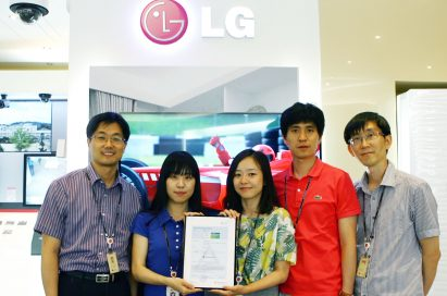 LG employees presenting the Green Mark certificate from TÜV Rheinland for the LG CINEMA 3D TV model 47LM7600
