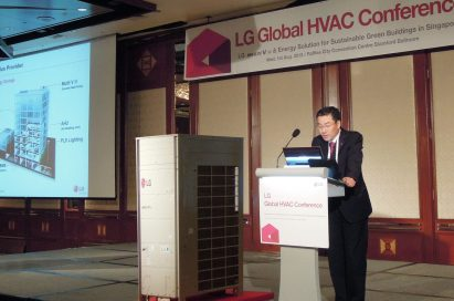 Another view of Kam-gyu Lee, president of the LG System Air Conditioning Business Unit making a presentation