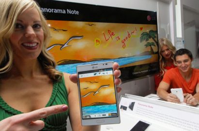 A female model is explaining about the Panorama Note feature on the Optimus Vu: II
