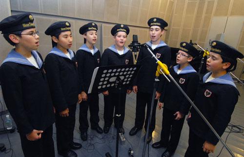 Members of the Vienna Boys' Choir recording songs through the LG G2.