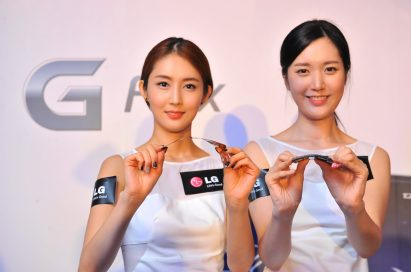 From left to right; two models are showing how the P-OLED HD display of LG G Flex and the LG G Flex are curved.