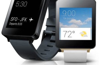 """The screen of LG G Watch in Black Titan color shows the flight departure details saying """"SFO-FJK"""". And the screen of LG G watch in White Gold color shows the weather."""