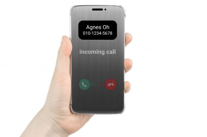 A person holds the LG G5, covered by the LG Quick Cover, receiving an incoming call