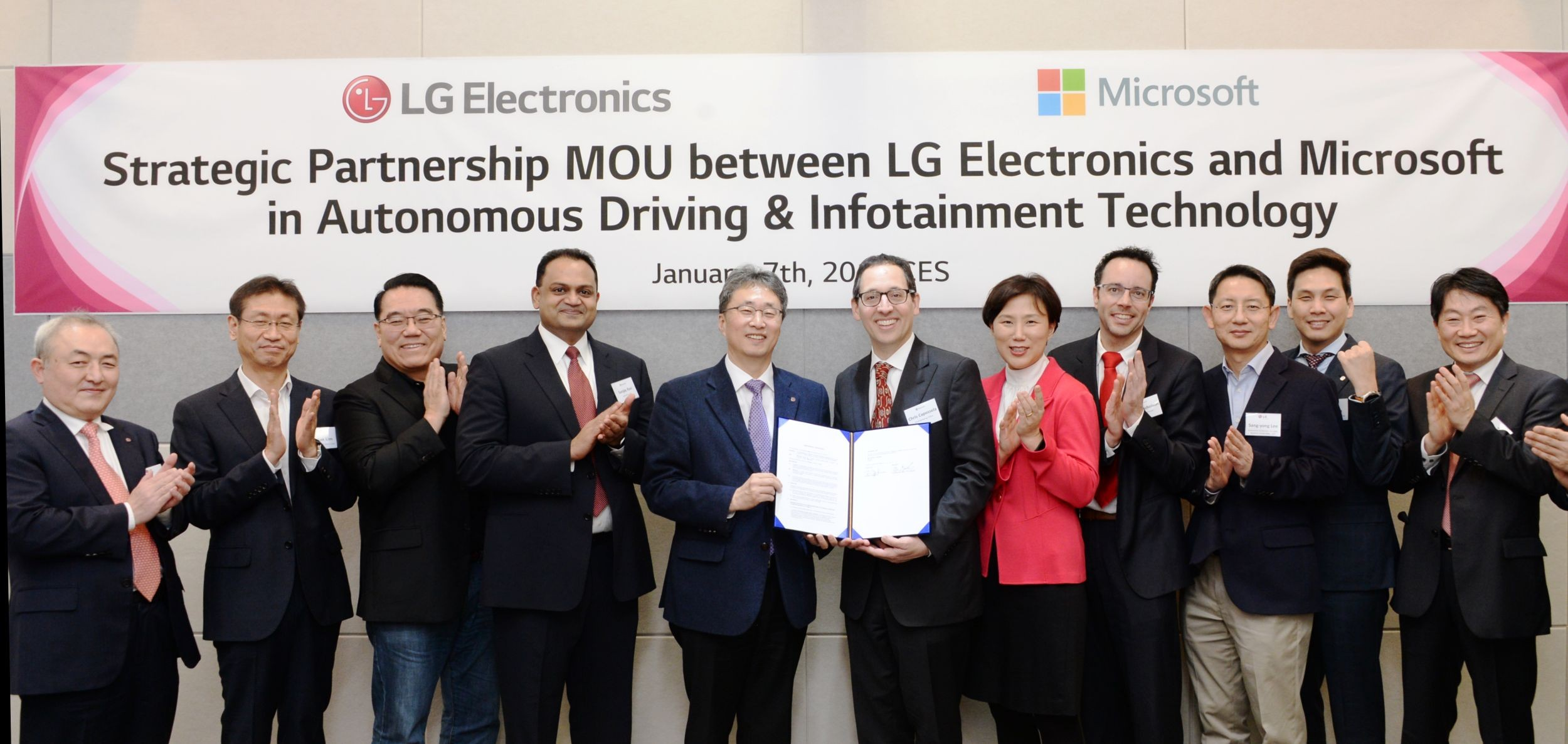 Delegates pose with Mr. Kim Jin-yong, president of LG's Vehicle Component Solutions Company, and Mr. Sanjay Ravi, general manager, automotive industry at Microsoft, at the MOU signing ceremony.