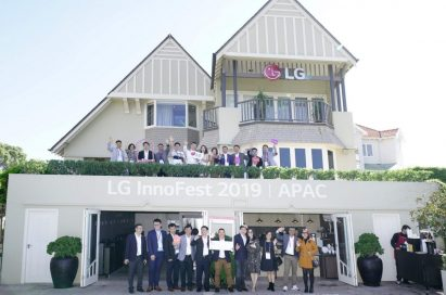 An outside view of the LG Home in Sydney, the venue of LG InnoFest 2019 Asia-Pacific, there are attendees waving hands to the camera.