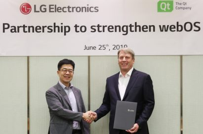 Dr. I.P. Park, president and Chief Technology Officer of LG Electronics, and Juha Varelius, CEO of Qt, shake hands after signing an MOU.