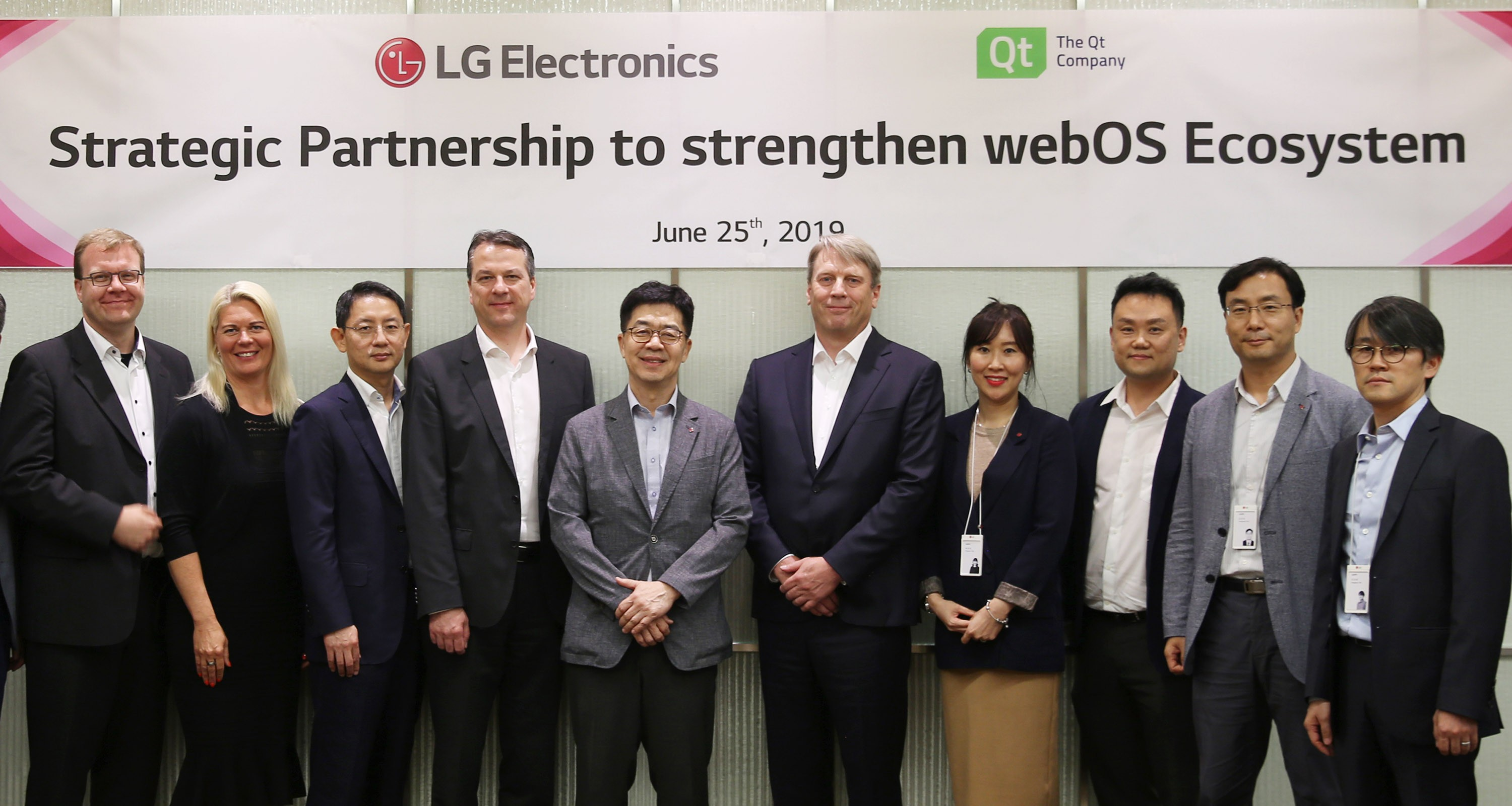 Dr. I.P. Park, president and Chief Technology Officer of LG Electronics and Juha Varelius, CEO of Qt, take a picture with delegates.