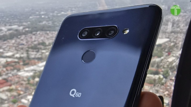 LG Q60 in the palm of a man's hand flies over Mexico City in the helicopter to take photos of the city's landmarks.