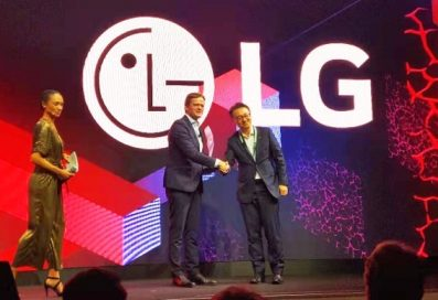 Daimler's Ola Källenius and LG's Seokhyun Eun shake hands to honor LG's outstanding touchscreen displays found in both Mercedes-Benz cars and Daimler trucks