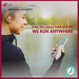 A runner using the Run Jordan VR smartphone app to run the LG Dead Sea Half Marathon Virtual Race.