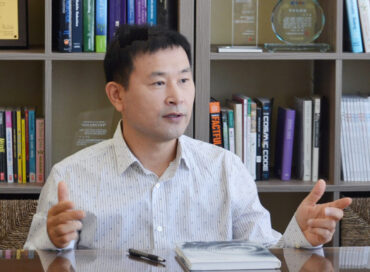 A photo of Dr. Lee Ki-dong talking in an office.