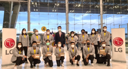 A group photo of the Thai athletes heading to the Olympics while everyone wears the LG Puricare Wearable.