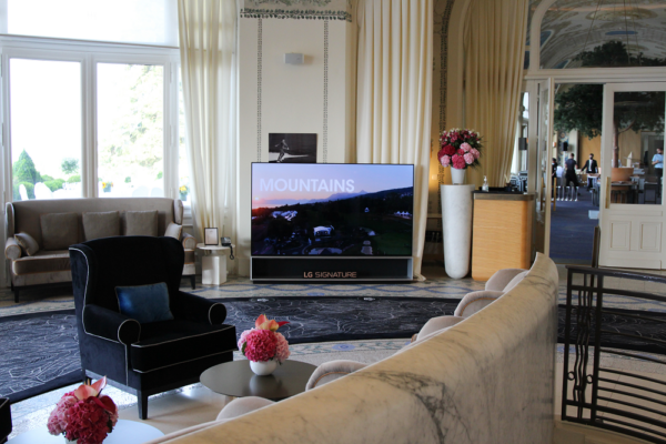 LG SIGNATURE OLED R displayed in a luxurious room at the golf course.