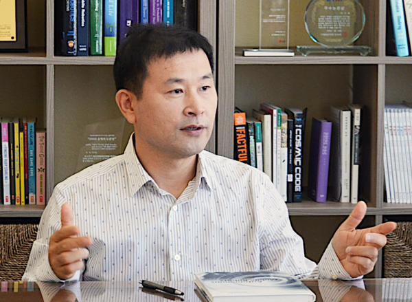 A photo of Lee Ki-dong, principal research engineer at LG Electronics, in his office.